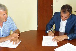Τη σύμβαση του έργου «Βελτίωση προσαρμογής τμήματος της Εθνικής Οδού Κοζάνης – Θεσσαλονίκης (Ε.Ο. 4) στη θέση της Σιδηροδρομικής Γέφυρας του Ο.Σ.Ε.» υπέγραψε ο Περιφερειάρχης Δυτικής Μακεδονίας Θεόδωρος Καρυπίδης