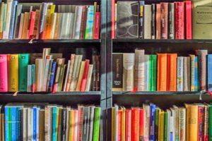 Βιβλιοθήκη με βιβλία