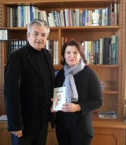 Την ποιητική ανθολογία 'ΕΦΗΒΟΙ ΣΤΙΧΟΙ' χάρισε η Ελένη Γερούση στον Γρηγόρη Τσιούμαρη