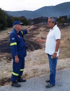 Ο κ. Τσιούμαρης συνεχάρη θερμά τον Διοικητή Ανδρέα Παπαζαχαρία και τους Πυροσβέστες